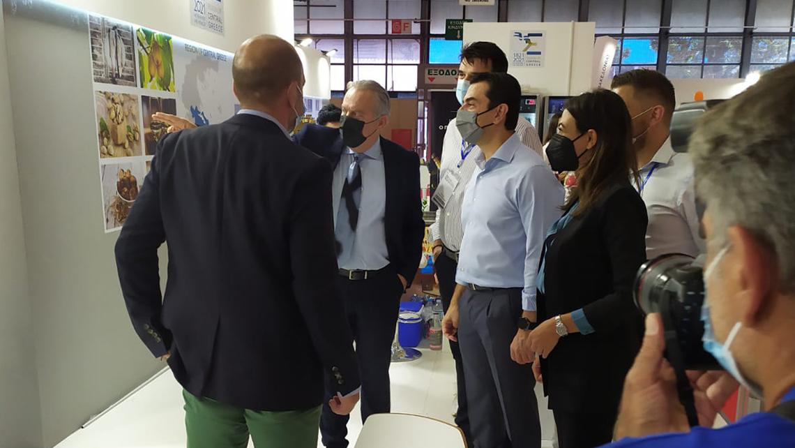 Η UNIPAKHELLAS, εταιρεία με εξειδίκευση στην παραγωγή και μεταποίηση ανακυκλωμένου χαρτιού συσκευασίας και στην παραγωγή μεγάλου εύρους συσκευασιών από κυματοειδές χαρτόνι, συμμετείχε δυναμικά στην 85η Διεθνή Έκθεση Θεσσαλονίκης, 11-19 Σεπτεμβρίου. Η εταιρεία που φιλοξενήθηκε στο Περίπτερο 13 της Περιφέρειας Στερεάς Ελλάδας, υποδέχτηκε εκατοντάδες επισκέπτες, οι οποίοι ενημερώθηκαν για τη σημασία της χρήσης κυματοειδούς συσκευασίας στη βιομηχανία, για την εφαρμογή πρακτικών που υπηρετούν την Κυκλική Οικονομία σε όλα τα στάδια της λειτουργίας της, αλλά και για τη φιλοσοφία καινοτομίας που αποτελεί οδηγό σε όλη της τη διαδρομή.